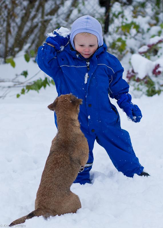 Fredrik kaster snøball til Tuva